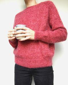 Ingen Dikkedarer-genser – PetiteKnit My Yoga, Yarn Crafts, Knit Patterns, Color Inspiration, Knit Crochet, Turtle Neck, Pullover, Shorts, Knitting