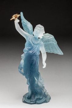 DAUM FRANCE Statuette d'ange à la colombe dorée, pâte de verre