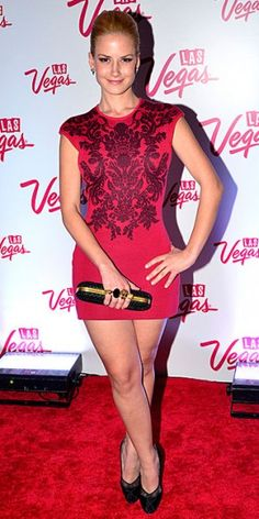 ALTAIR JARABO    La actriz mexicana robó más de una mirada al desfilar por la alfombra roja de un evento en la Ciudad de México que se realiza con el fin de promover el turismo en Las Vegas, Nevada. Optó por un ceñido vestido rojo con bordados florales, un clutch negro con anillos dorados y tacones negros.