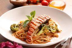 地中海式嫩煎鮭魚:  以番茄和茴香酒作為醬汁基底,加入些許橄欖油,帶點甜味的茴香酒讓醬汁變得更有層次感,佐上嫩燒鮮鮭,成就這到地中海風味的佳餚。(美威鮭魚提供)