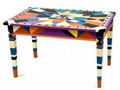 Tavolo con decorazione geometrica