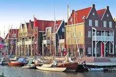 Direkt am alten Hafen von Volendam am Ijsselmeer: Schöner Marinapark mit Hallenbad, Animationsprogramm und jeder Menge Wassersport-Vergnügen. Und mit dem Bus sind es sogar nur 22 Minuten nach #Amsterdam!