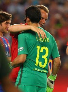 Ter Stegen se abraza a Claudio Bravo.