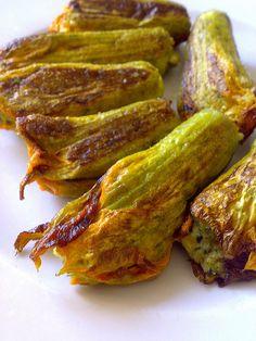 Fiori di zucca ripieni con farro e limone (ricetta vegan) http://www.greenme.it/mangiare/vegetariano-a-vegano/820-fiori-di-zucca-ripieni-farro-vegan