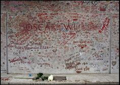 Tombe d'Oscar Wilde : Quelques années plus tard c'est un autre genre de dégradations qui recouvre la tombe: des baisers rouges et des déclarations d'amour. Le baiser étant un symbole pour cet homme condamné à la prison pour un baiser homosexuel. Cependant aujourd'hui ces témoignages d'admiration, d'amour, de désir et de passion ont commencé à abîmer la pierre de ce tombeau classé monument historique français. C'est pourquoi hier, la tombe a été nettoyée et placée sous une paroi de verre.