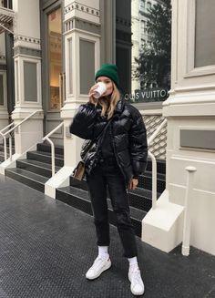 Daunenjacke mit Kapuze Korb Sneakers Hosen dünne Jeans Winter Winter Woman Jackets and Blazers jeans jacket style woman Street Style Outfits, Mode Outfits, Fall Outfits, Fashion Outfits, Dance Outfits, Warm Winter Outfits, Fashion Ideas, Sneakers Fashion, Winter Clothes