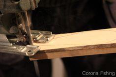 Wśród rękodzielników popularnymi materiałami są drewno olchowe, samba, lipowe i balsa – idealne do realizacji woblerów o różnej wielkości i specyfikacji pracy. Każde z nich ma jednak inną charakterystykę. Różnią się kolorem, strukturą, a także wagą i wypornością,  co z kolei wpływa na dalszą obróbkę i ostateczną pracę woblera w płynącej wodzie.