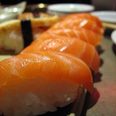 Sake nigiri - Nigiri de salmon  150g de Salmón fresco  4 cucharadas de vinagre de arroz  175g de arroz (grano gordo tipo paella)  1 cucharada de wasabi  1 cucharadita de sal  1 cucharadita de azúcar