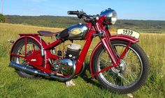 Jawa Antique Motorcycles, American Motorcycles, Cars And Motorcycles, Vintage Bikes, Vintage Cars, Jawa 350, Motor Scooters, Bobber Motorcycle, Old Bikes