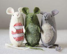 Kijk wat ik gevonden heb op Freubelweb.nl: een gratis patroon van Ann Wood Handmade om deze leuke muisjes te maken van vilt https://www.freubelweb.nl/freubel-zelf/zelf-maken-met-vilt-muisjes/