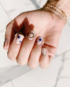 In short nails are back in the nail trend. If you don't like long nails, short nails will be the best choice. Nail designs with short nails are creative. Classy Nails, Simple Nails, Cute Nails, Trendy Nails, Star Nail Art, Star Nails, Star Nail Designs, Nail Polish Designs, Gel Polish