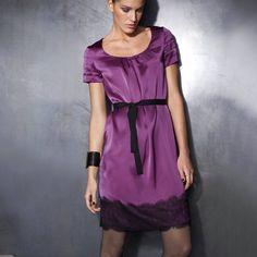 Rochie din satin matase culoare cyclam cu aplicatie de dantela. Aplicaţie frumoasă din dantelă la bază. - Joc de pliuri la mânecă. - Cordon. - Lungime aprox 96 cm. COMPOZIŢIE - 100% satin mătase. Short Sleeve Dresses, Dresses With Sleeves, Satin, Shirt Dress, Casual, Shirts, Fashion, Moda, Shirtdress