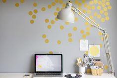 adicione alguns confetes dourados à parede para um toque mais festivo. | 54 maneiras de deixar seu cantinho do escritório mais agradável