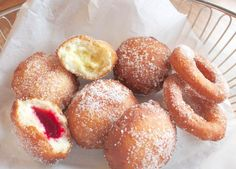 Skal du lage noe skikkelig digg, glutenfri gjærbakst? Da anbefaler jeg glutenfrie og laktosefrie berlinerboller og doughnuts