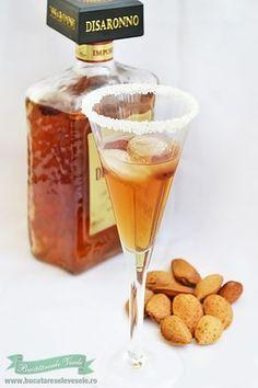Lichiorul Amaretto este unul dintre lichiorurile mele preferate. Mereu mi-a placut gustul putin amarui si totusi dulceag al acestui Lichior Amaretto. Cum am primit o gramada de samburi de migdale si samburi de caise aveam destule� am purces sa pregatesc Lichiorul Amaretto. Va impartasesc mai jos reteta dupa care am preparat acest lichior. Se aseamana Amaretto Drinks, Alcoholic Drinks, Cocktail Drinks, Cocktails, Coffee Smoothie Recipes, Tea Cafe, Fruit Illustration, Artisan Food, Romanian Food