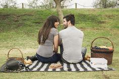 Vista posterior de la pareja joven sonriente mirando el uno al otro en picnic Foto gratis