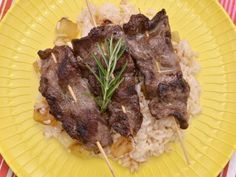 Receta | Brocheta de pluma ibérica al curry con arroz salteado - canalcocina.es
