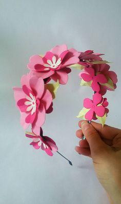 Diadema con flores de papel 🌹 en color rosa y hojas verdes para  contrastar. Toda 98533577d80