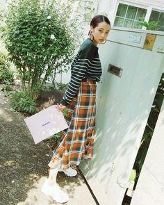 画像に含まれている可能性があるもの:1人、立ってる Everyday Fashion, Korean Fashion, Poses, Shirt Dress, Womens Fashion, Ladies Fashion, Lady, People, How To Wear