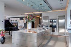 Deze ruime design woonkeuken (keuken Voets) is ontworpen door architect Max Lammers. Het gehele kookeiland van RVS met stalen binnenwerk en subframe is door Örnell net zoals de afzuigkap met PlasmaMade filter. Koelkasten van walk-in-fridge