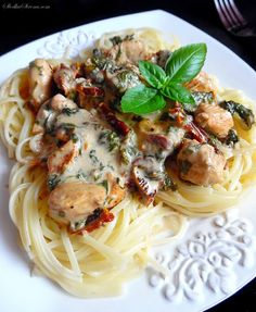Pasta with spinach, dried tomatoes and chicken in a mild cream sauce – recipe – sweet side Cream Sauce Recipes, Spinach Pasta, Dried Tomatoes, Aesthetic Food, Spaghetti, Food And Drink, Chicken, Dinner, Vegetables