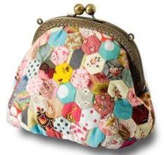 Découvrez les superbes créations de Brigitte Giblin.. Voici une petite merveille : le sac hexagones, une création originale de Brigitte Giblin. Un petit sac porte-monnaie au style rétro, réalisé en patchwork avec des bouts de tissu de forme hexagonale. Ce superbe sac en fait pâlir plus d'une,...