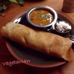 (印度南部方式的晚餐~Masala Dosa, Sambhar, Coconut Chutney) ドーサというのは南インドで主食として食べられているクレープみたいな食べ物で、本当はお米とお豆を発酵させて作ります。(まだ自分で作った事ありませんが…) パリパリの食感もやや酸味のある味もホントにドーサそっくり! 夫もウチでドーサが食べられる〜!と大喜びでした ドーサの中に玉葱とジャガイモをスパイスで炒めたものを入れてマサラドーサにしてみましたよ。 後は南インドでは定番のサンバル(豆スープ)とココナツチャツネです。 南インド料理に興味をお持ちだったangieeさん、食べ友させてくださ - 234件のもぐもぐ - 余ったパンの中種に豆乳混ぜて薄く焼いたらインドのドーサそっくりなのが出来た〜! by machimachicco