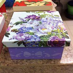 SnapWidget | #caminhodearte #decoupagecomguardanapo #stencil #aulasdeartesanatoembelem Shabby Chic Boxes, Shabby Chic Art, Napkin Decoupage, Decoupage Paper, Vintage Box, Vintage Flowers, Fabric Boxes, Painted Boxes, Jewellery Boxes