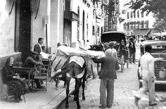 Calle de San Jacinto en Sevilla en una visual desde El Altozano en los años 50. Light And Shadow, Street View, Painting, Plaza, World, Antique Photos, Sevilla, White People, Black