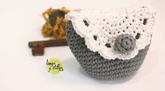 Crochet vintage purse coin free pattern with video tutorialRavelry: Vintage Purse pattern by Lanasyovillos officialCute crochet purse creation Tutorial Monedero Crochet o GanchilloCrochet purse with woven tapestry technique zipperWritten pattern in E Crochet Wallet, Crochet Coin Purse, Crochet Purse Patterns, Cute Crochet, Vintage Crochet, Crochet Baby, Single Crochet, Gilet Crochet, Crochet Shell Stitch
