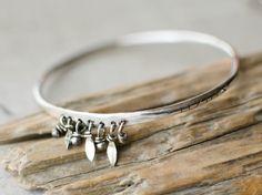 un bracelet  jonc argent massif ,SUR COMMANDE , 3 mm , breloque feuille et bille , jonc gravé de ligne , bohème , ethnique , tribal