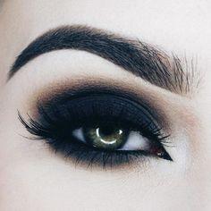 Pasos para conseguir un Smokey eyes. - Paso 1: selecciona un cuarteto de sobras negro o marrón y aplica el color más claro por todo el párpado hasta la ceja este color nos servirá también de iluminador para dar luz a la zona de la ceja. - Paso 2: maquillaremos la cuenca del ojo con el color medio marrón más claro o gris (dependiendo de si elegimos ojos marrones o negros) y difuminaremos. - Paso 3: el color más oscuro lo aplicaremos en la esquina exterior del ojo pegado a las pestañas y…