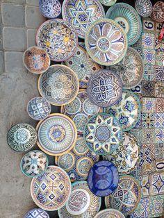 A wall of ceramic plates in Marrakesh, Morocco (photo by Brandon Mably, Kaffe Fa… Eine Wand aus Keramikplatten in Marrakesch, Marokko (Foto von Brandon Mably, Kaffe Fassett Studio)