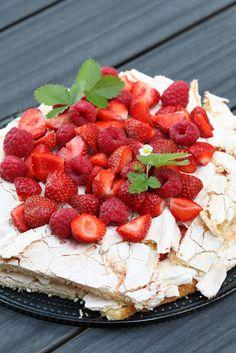 Mustikkasuu: Britatorttu mansikoilla ja vadelmilla #torttu #mansikka #vadelma