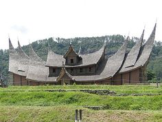 Rumah Gadang, traditional house of West Sumatra, with its uniqueness Asian Architecture, Types Of Architecture, Vernacular Architecture, Architecture Design, Indonesian House, Minangkabau, Philippines, Fantasy City, Ancient Buildings