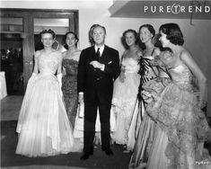 Christian Dior pose avec six de ses mannequins. Défilé Dior à l'Hôtel Savoy de Londres, 1950.