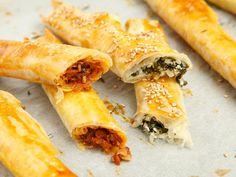 Probiert unser schnelles Rezept für türkische Börek: Filoteig wird mit getrockneten Tomaten oder Spinat gefüllt und gebacken.