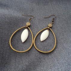 Boucles d'oreilles goutte bronze avec navette émaillée écru