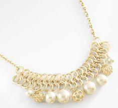 Ostentoso y de gran impacto, un collar digno de un lindo y cuello que definir. Elaborado en 4 baños de oro de 18 kt con grandes perlas naturales y esferas. Modelo 415572.