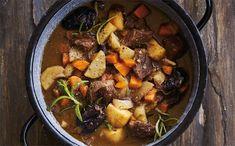 Gryderet med oksekød i tern - Opskrift på oksekødsgryde | Sæson.dk Pot Roast, Food Inspiration, Stew, Paleo, Meat, Ethnic Recipes, Beverage, Carne Asada