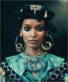 Quelle boucles d'oreilles pour un visage carré et anguleux et les porter pour une femme avec les mâchoires prononcées et un visage court et large ou fin.