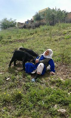 Cute photo of a Kurdish mother with two baby goats 😻 Working People, Old Love, Cute Photos, People Around The World, Super Powers, Alter, Beautiful Creatures, My Eyes, Life Is Good