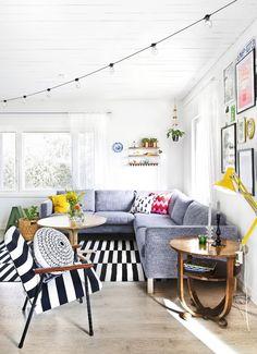 Muutama värikäs yksityiskohta saa olohuoneen puhkeamaan hymyyn. Colour spots make the livingroon smile. | Unelmien Talo&Koti Kuva: Camilla Hynynen Toimittaja: Jaana Tapio