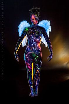 Awesome example of #neon #glow #bodypaint!