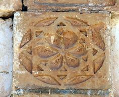 The Seal of Melchizedek. Symbol on door portal in Hanchane. Six petal flower inscribed in two squares, 45 degrees offset, creating an eight-point star. The Seal of Melchizedek is the symbol of Christ. Melchizedek Priesthood, Christ, Lds Temples, Islamic World, Science And Nature, Sacred Geometry, Portal, Squares, Seal