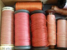 textile : bobines de fil, rose pâle, mercerie