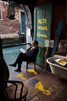 Na libraría Acqua Alta de Venecia - Steve McCurry