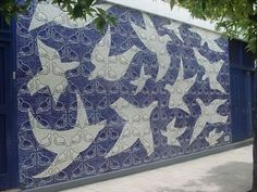 """Painel """"As Andorinhas"""", de Anísio Medeiros, decora a fachada do Educandário Dom Silvério, no centro da cidade."""