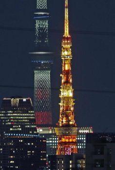 東京タワーと東京スカイツリーの直線距離は約8キロあるが、超望遠レンズで見ると、この通り。還暦を迎える東京タワーの展望台はビルに囲まれていた=川崎市高津区(福島範和撮影)