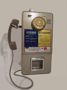 Telefono pubblico a gettoni. C'è qualcosa di più vintage di quella cornetta su forcella? :D
